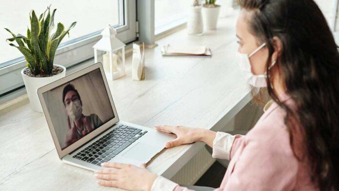 Imagem de homem e mulher fazendo teleconferência home office