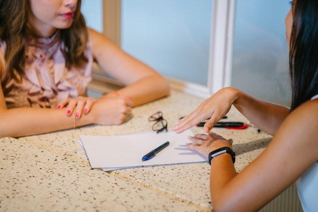 Imagem duas mulheres negociando