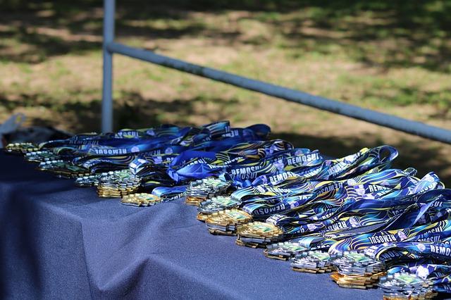 Imagem de mesa com medalhas diversas